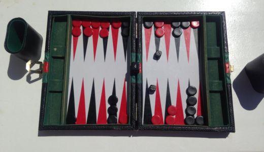 バカンスのギリシャで世界最古のボードゲーム「バッグギャモン」を