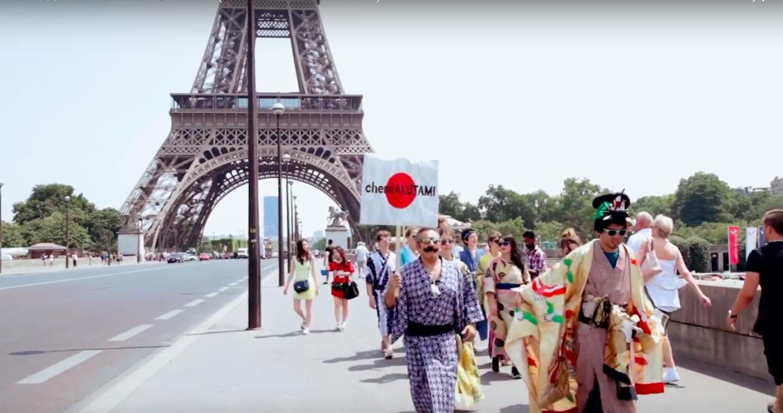 パリ個展の宣伝に「Oiran Cat Walk in PARIS」